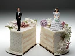 couple-on-wedding-cake